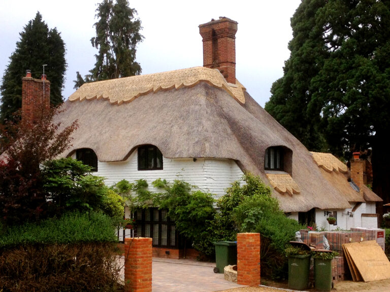 Master Thatchers In Kent - Stunning Thatched Room 1